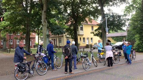 """Foto 4 – Radtour mit Petra Eißing zum Thema """"Öffentliche Kunst"""" im gesamten Stadtgebiet"""