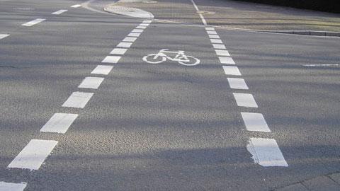 Auf der Straße markierte Radfahrstreifen