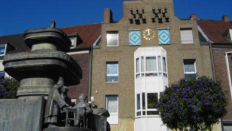 Brunnen und Glockenspiel am Markt